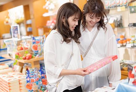 商品を眺める二人