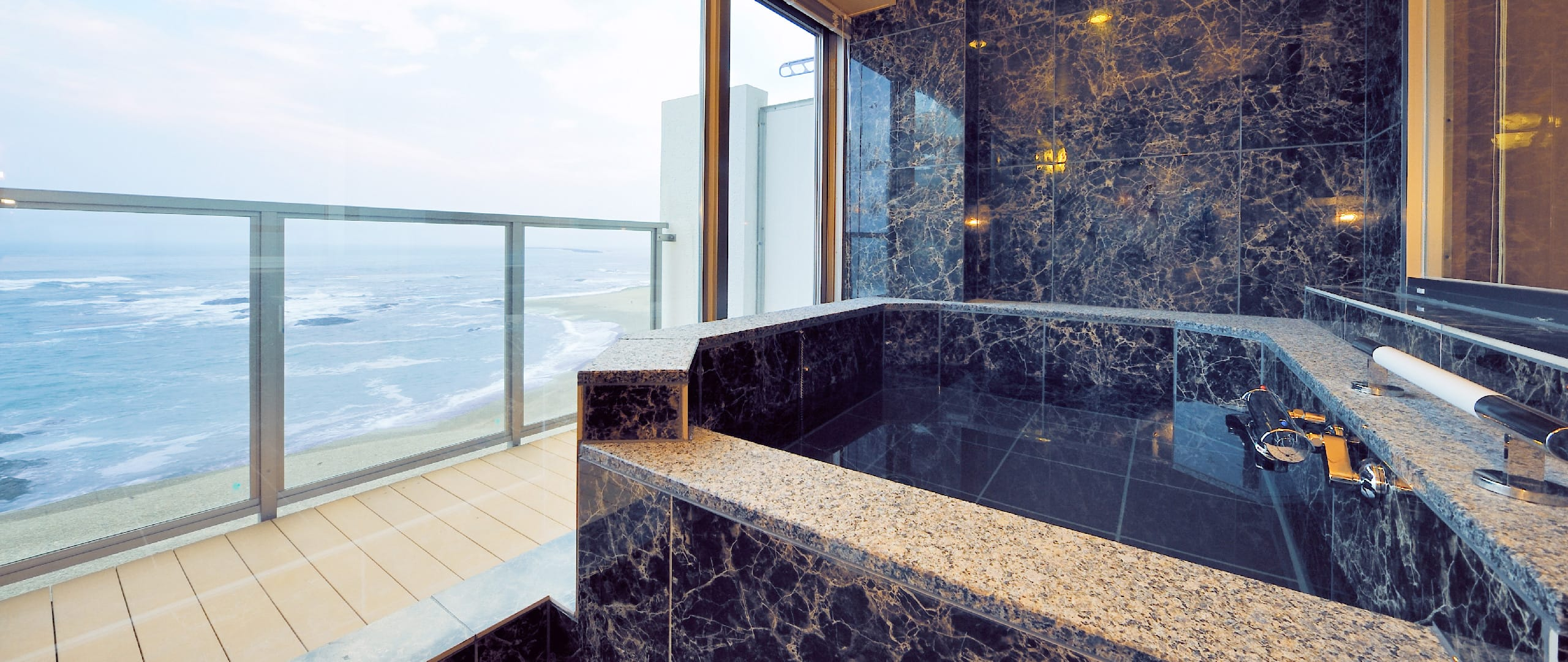 海を一望できる浴槽