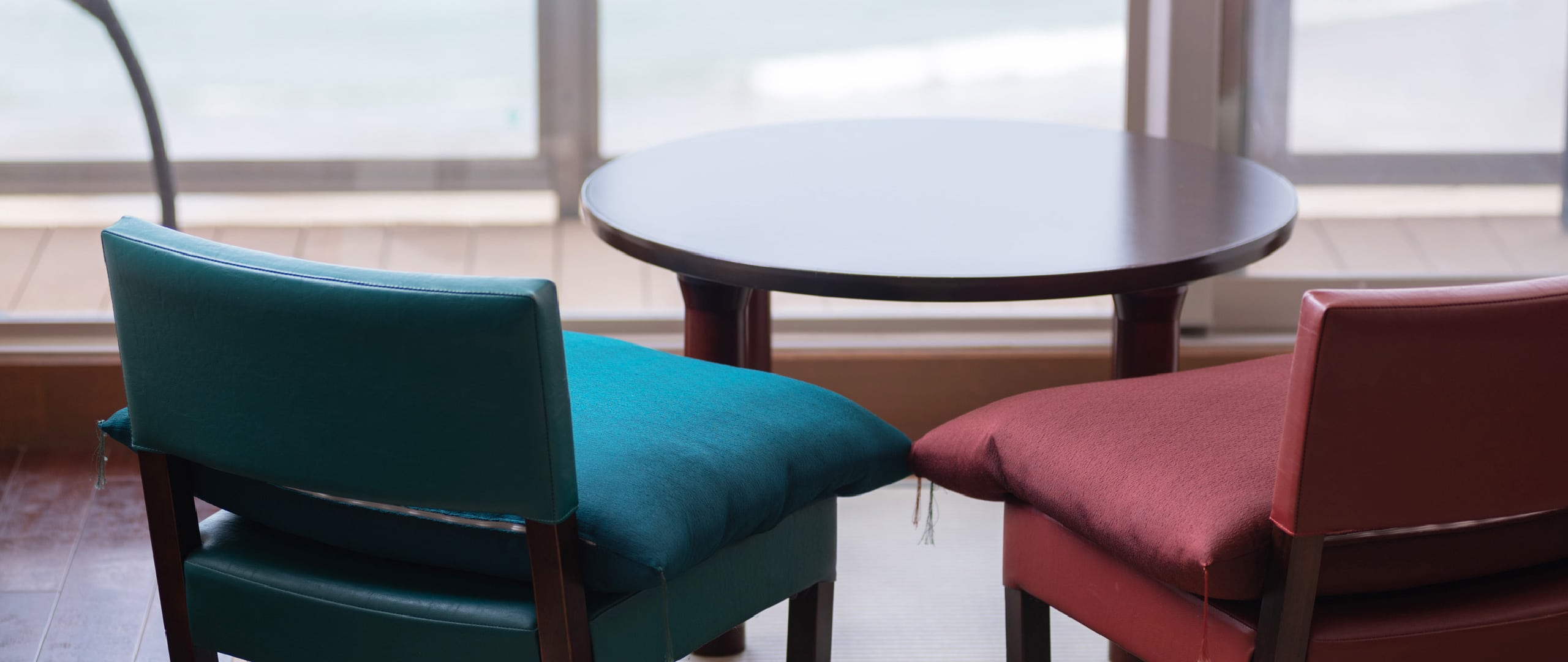 海を眺めるローテーブル