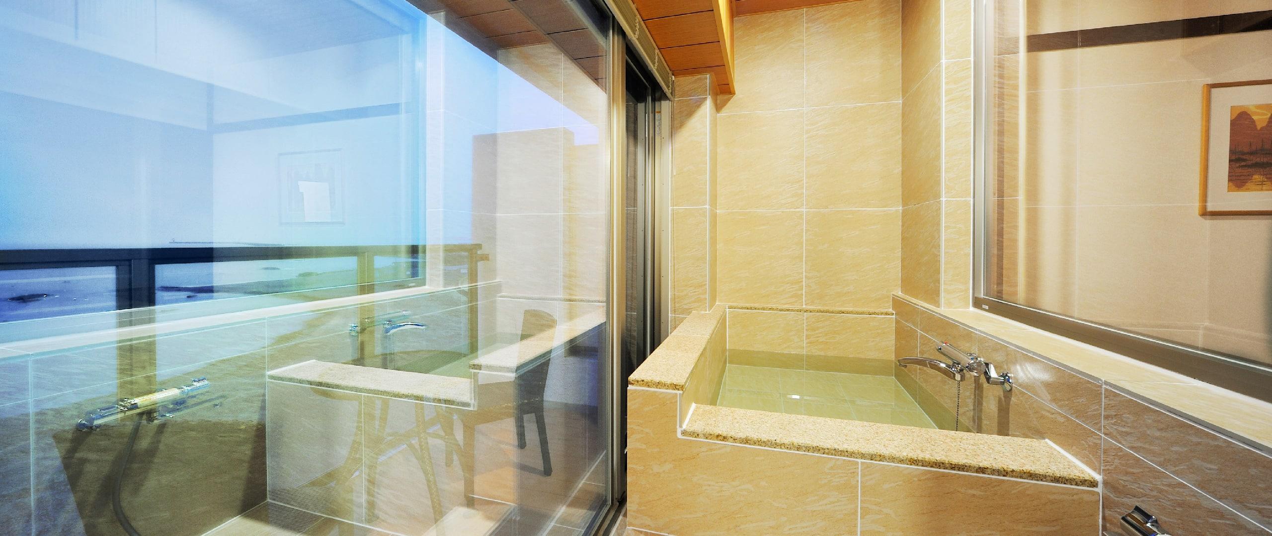 ゆったりと寛げる白の浴槽