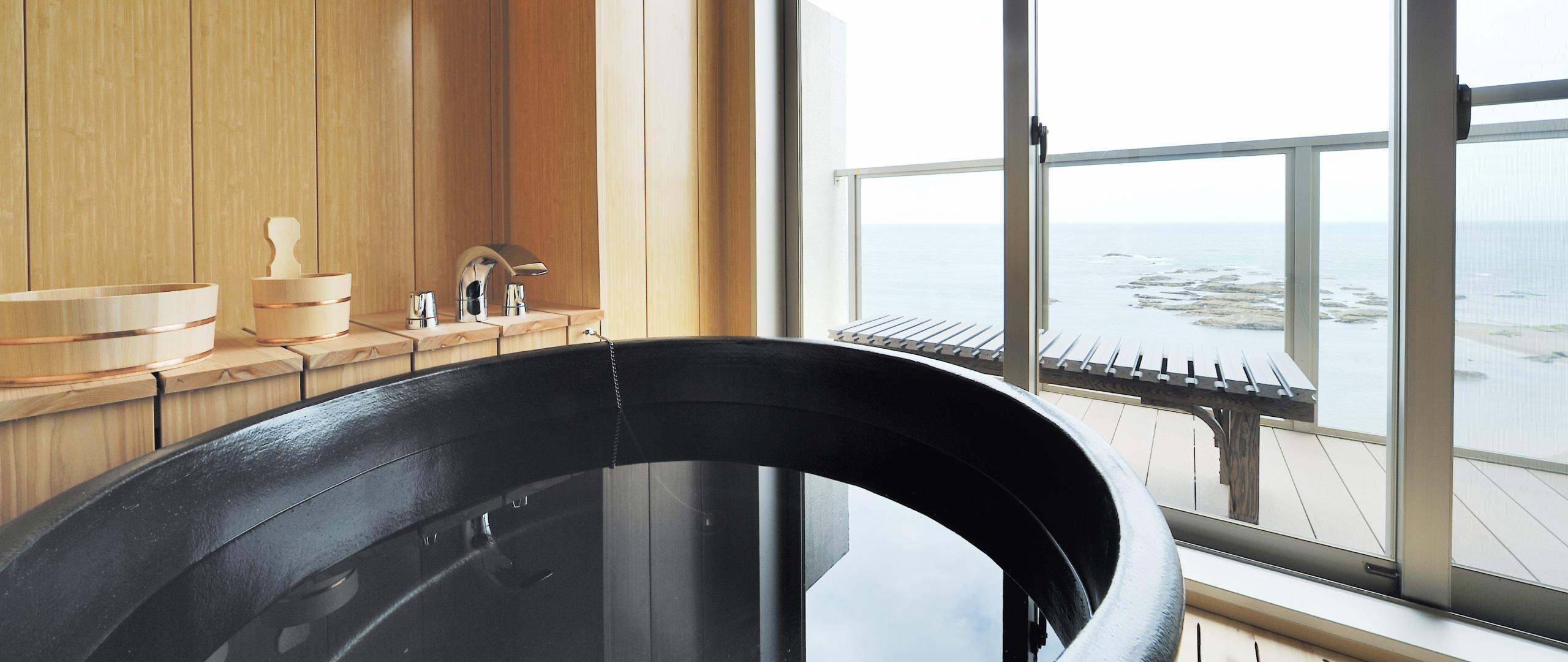 海を一望する円形の浴槽