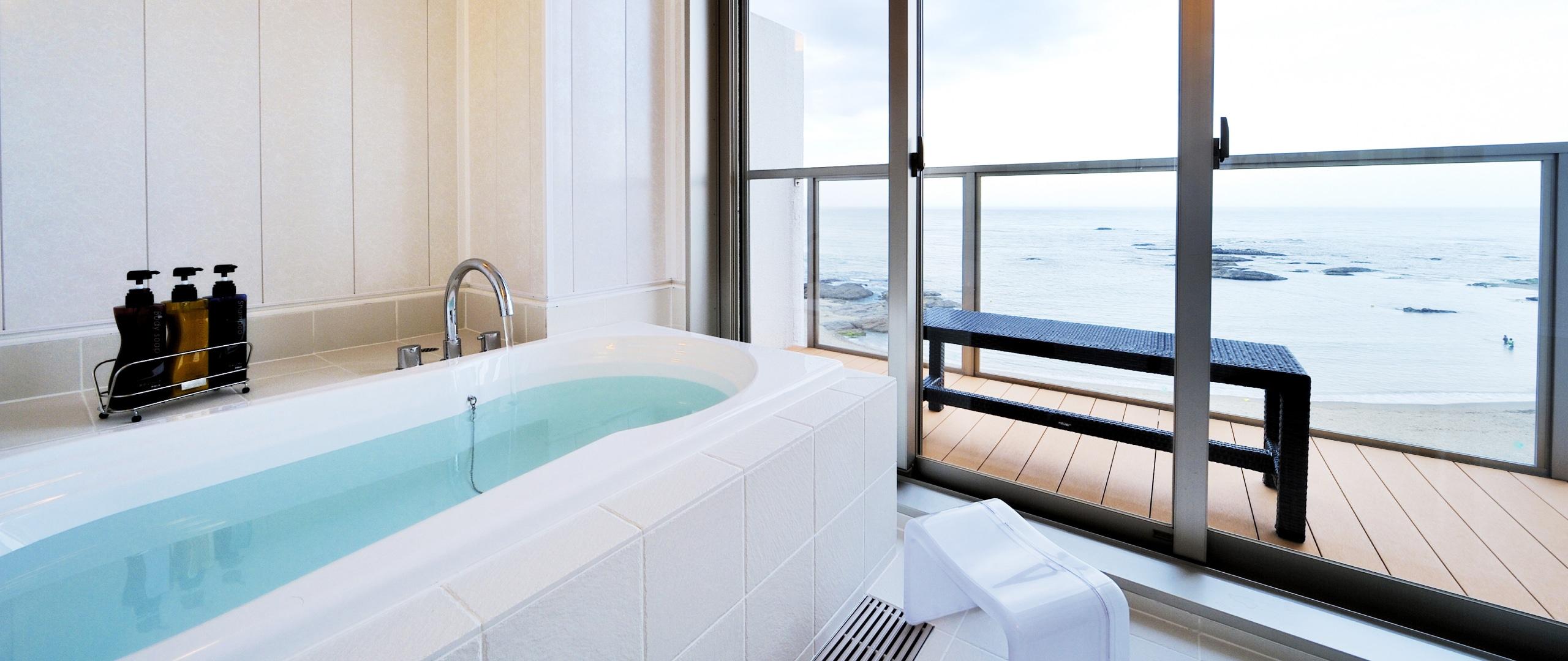 清潔感の白の浴室