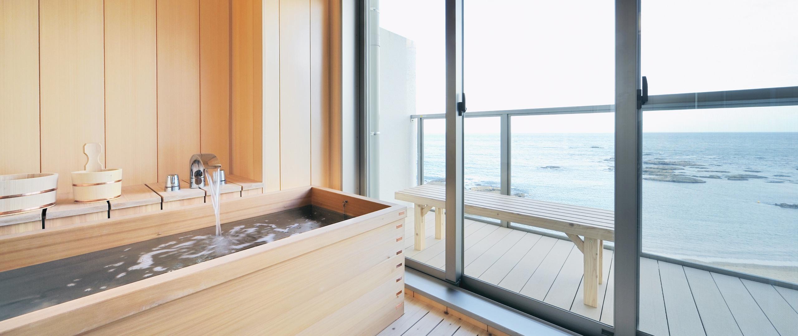 海を一望する木製の浴槽