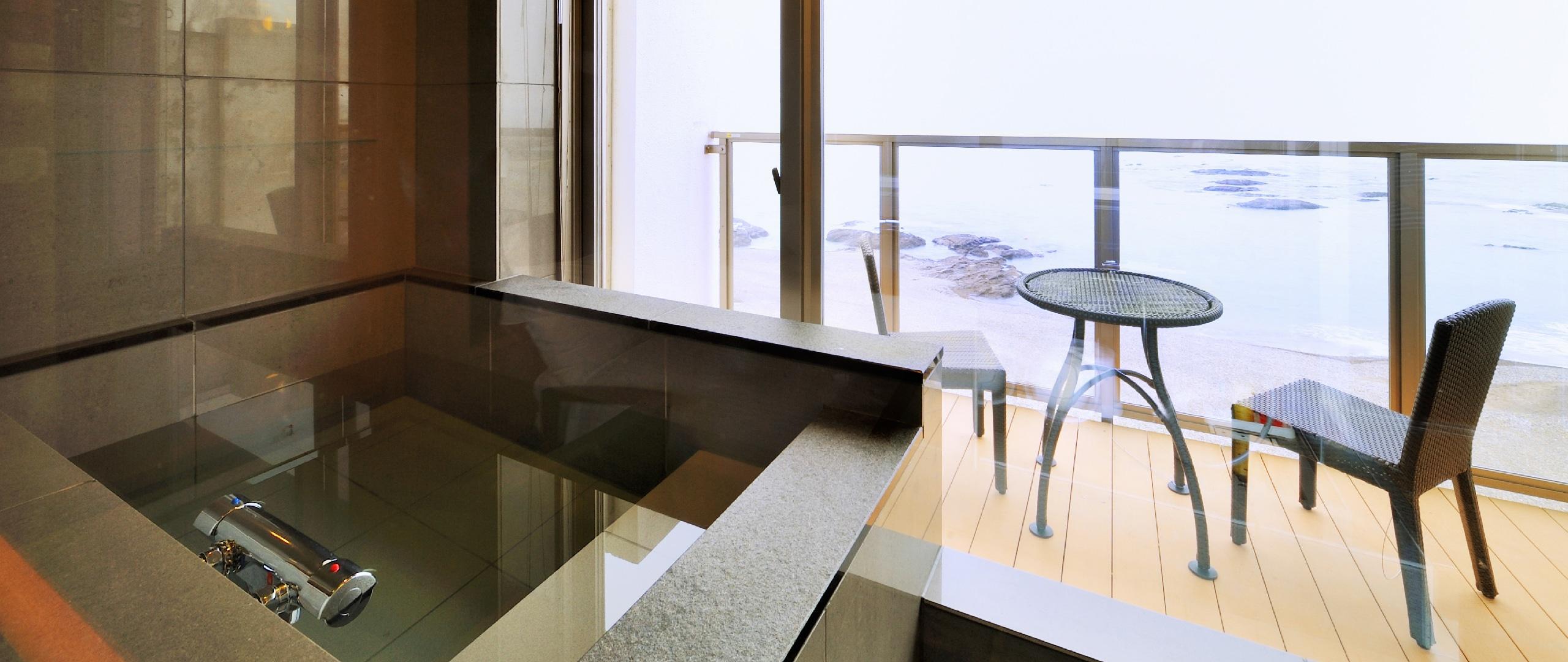 海を眺める浴室