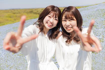 青い花畑で記念撮影をする二人